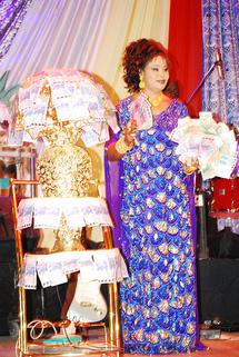HUITIEME ANNIVERSAIRE DE FATOU GUEWEL : La diva couverte d'or et d'argent