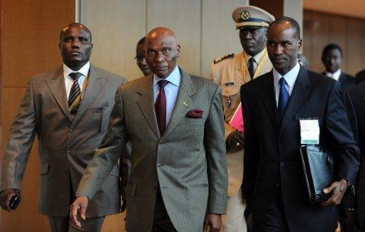 Le président sénégalais Abdoulaye Wade (C), le 19 mai 2010 à Kuala Lumpur