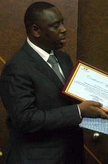 Macky Sall signe la pétition et commande un registre