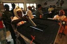 De longues files d'attente… Un calme plat… Des militaires votent en dehors de leurs casernes