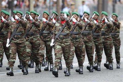 Femmes soldats de l'armée béninoise. Les armées de 13 pays africains ont défilé pour la première fois sur les Champs-Elysées pour le 14-Juillet, une initiative destinée à célébrer le cinquantenaire des indépendances octroyées sous le généra