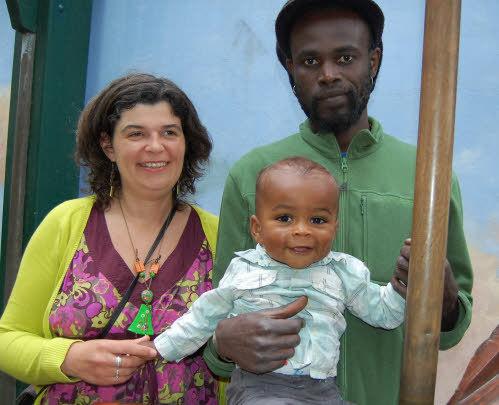 Brest. La mère du marié retenue à Dakar par le consul. Madeleine Kantoussan ne pourra pas non plus faire connaissance aujourd'hui avec son petit-fils, Anicet, 10 mois, (ci-contre dans les bras de ses parents).