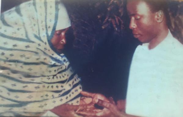 Idrissa Seck recuillant la bénédiction de sa Maman