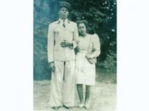 Dielebo Somano et sa femme. Cette photo a été prise à la fin des années 1940 quand Dielebo était encore soldat. Il est avec sa femme malgache.