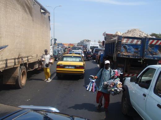 EMBOUTEILLAGES DANS LES ROUTES DE DAKAR : Une aubaine pour les marchands ambulants