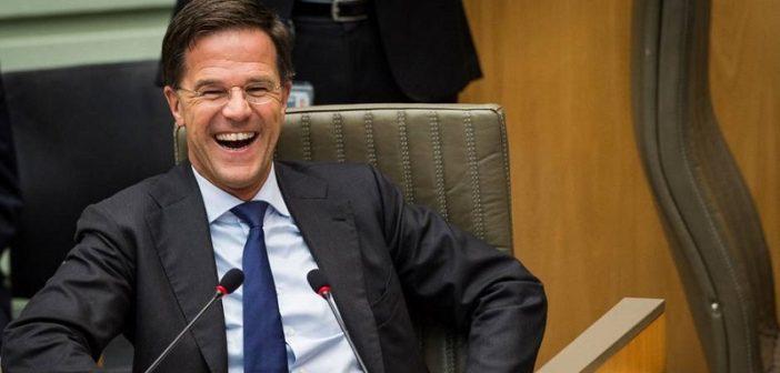 Ce geste d'humilité du Premier ministre néerlandais salué par le monde entier (Vidéo)