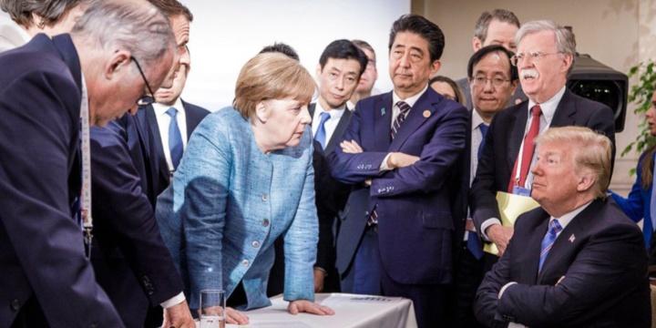La photo d'Angela Merkel face à Donald Trump au G7 amuse les réseaux sociaux