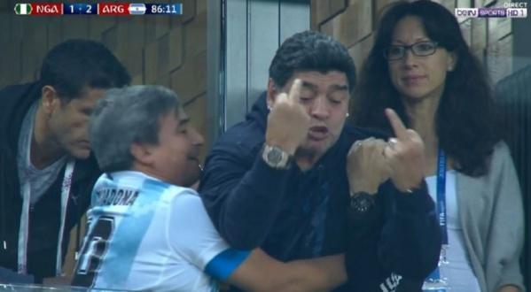 Maradona craque complètement en faisant des doigts d'honneur sur le but de Rojo
