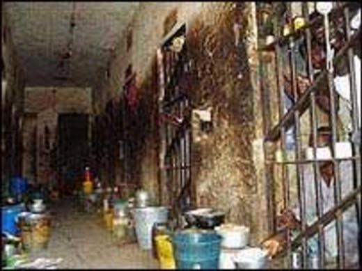 Un commando libère 800 détenus d'une prison nigériane