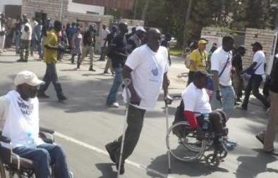 Les personnes handicapées marchent sur Dakar