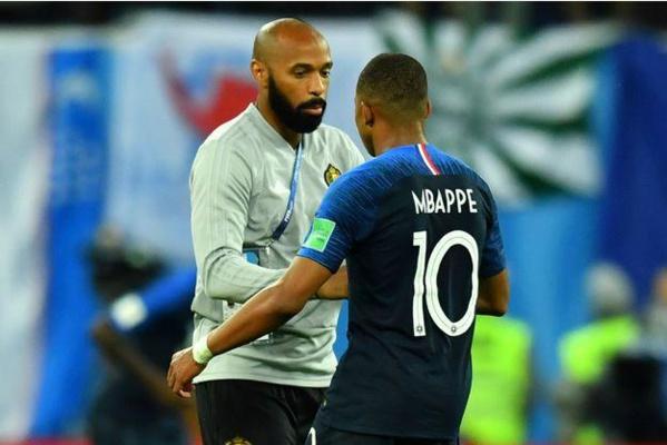 Entraîneur des attaquants belges, Thierry Henry félicite Kylian Mbappé. Reuters