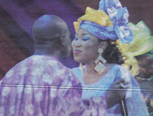 Djiby Dramé embrasse son épouse en public et cloue le bec aux langues pendues