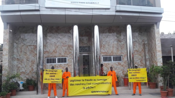 Des militants de Greenpeace ont protesté devant les locaux de l'ANAM pour exiger le re-jaugeage complet des navires de pêche au Sénégal