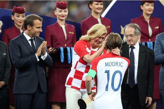 La présidente croate Kolinda Grabar-Kitarović félicite Luka Modric sous les yeux d'Emmanuel Macron. Carl Recine/Reuters