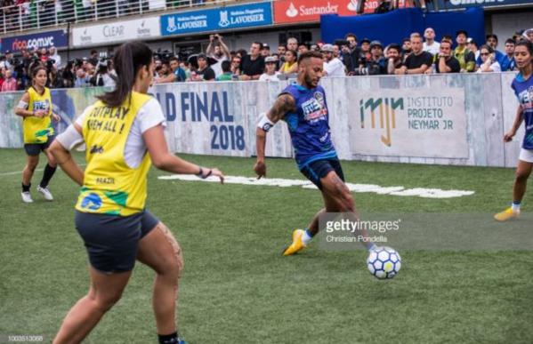 Football: Neymar joue contre de jeunes joueuses brésiliennes