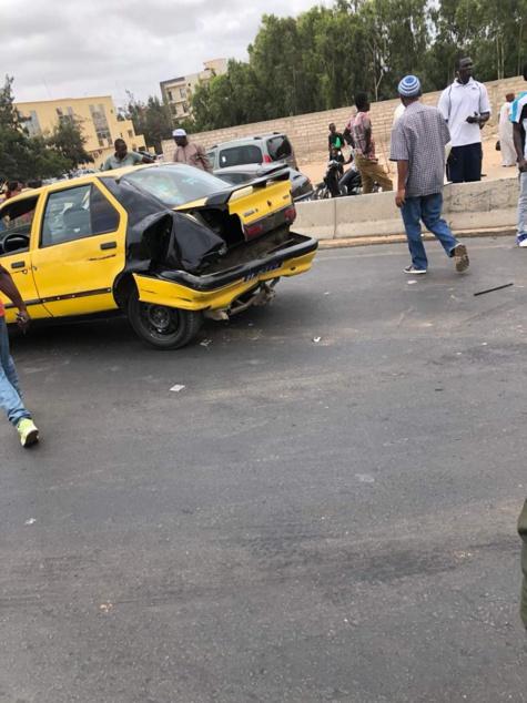 Foire : Un car Ndiaga Ndiaye fonce et réduit en miettes un taxi