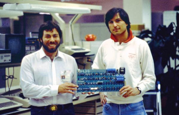 Steve Wozniak et Steve Jobs (de gauche à droite), les deux hommes à l'origine d'Apple en 1977.