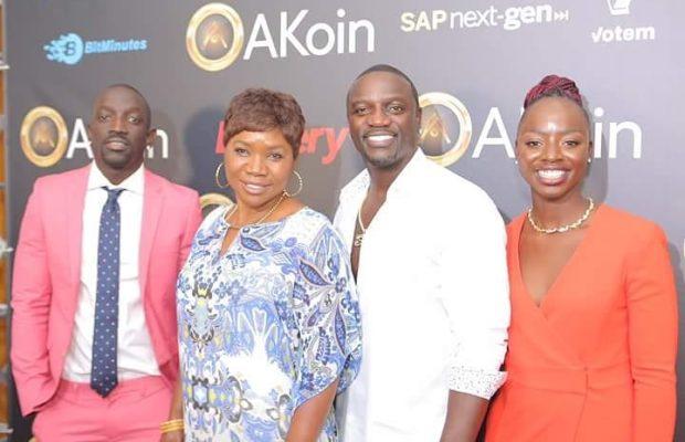 ( 05 Photos ) Akon avec sa mère Kiné Guèye, son frère Bu et sa soeur Khady Thiam lors du lancement de sa propre..