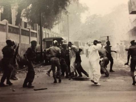 Novembre 1990 : Manifestation pour l'accès aux médias d'Etat et à des élections libres démocratiques et transparentes
