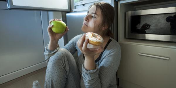 Manger trop tard le soir augmente le risque de diabète
