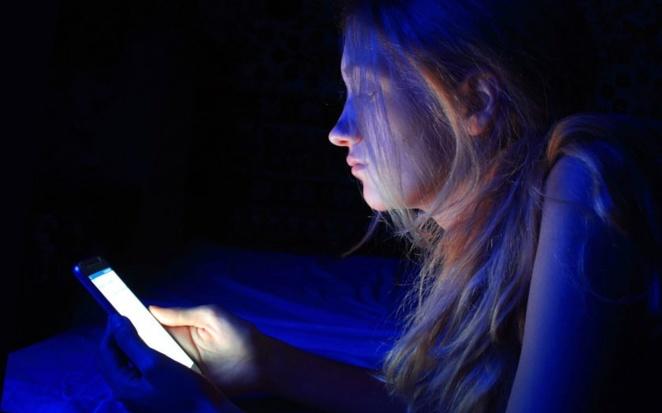 Smartphone : comment la lumière bleue de vos écrans risque de vous rendre aveugle