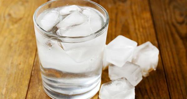 Santé: voici pourquoi boire de l'eau glacée est dangereux