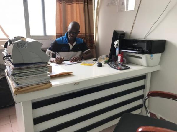 M. Diop a ses bureaux au 16e étage, Bloc C, de l'immeuble Tanxiu dans le quartier africain de Xiaobei.