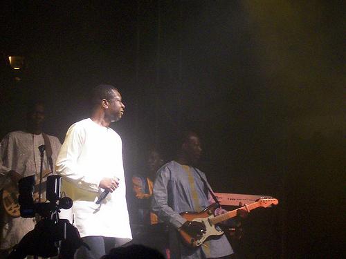 Le guitariste de Youssou Ndour, Pape Oumar Ngom, traîné au tribunal pour une affaire de visas