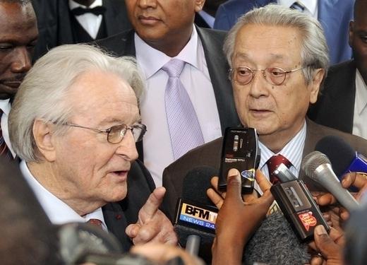Me Jacques Vergès et l'ancien ministre français, Roland Dumas deviennent les avocats de Gbagbo et demandent le recomptage des voix