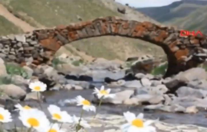 Le pont vieux de 300 ans du village d'Arslanca a été vu pour la dernière fois lundi dernier. — Capture d'écran Agence de presse Demirören (DHA)