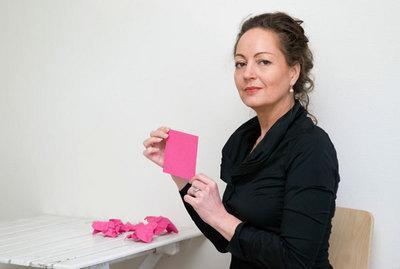 La femme d'affaires Nono Schrader souhaite dénicher un nouvel employé. Selon l'offre d'emploi, celui-ci devra être homosexuel.