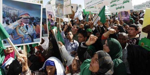 Des policiers pendus par des manifestants en Libye