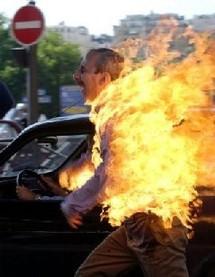 Un homme s'immole par le feu à Paris