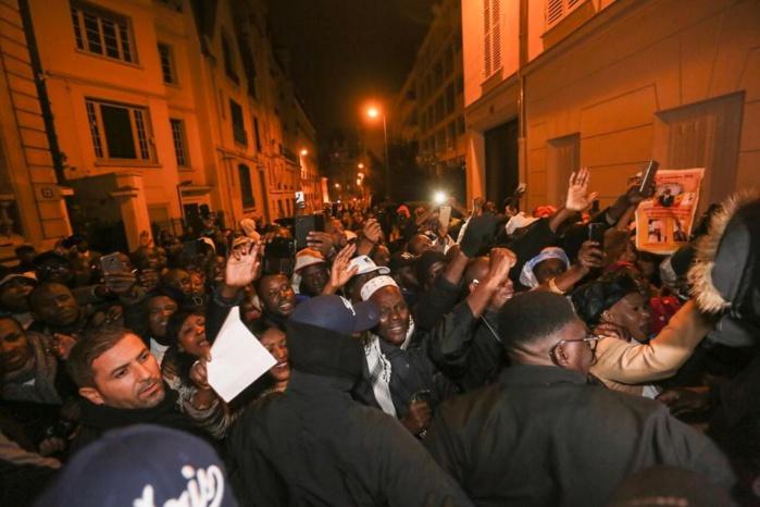 Visite du Président Macky Sall à Paris: Un bain de foule impressionnant à son accueil, l'opposition s'efface (images)