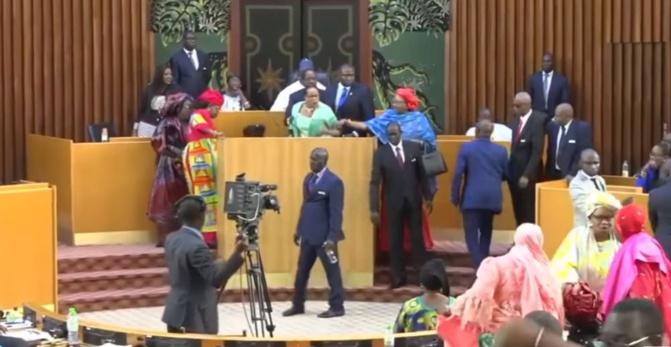 Bataille rangée à l'Assemblée nationale: les députés transforment l'hémicycle en arène de lutte