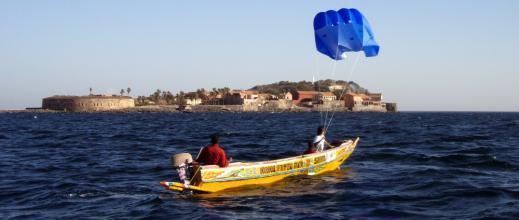 """La """"pirogue cerf-volant"""", la nouvelle embarcation économique des pécheurs sénégalais"""