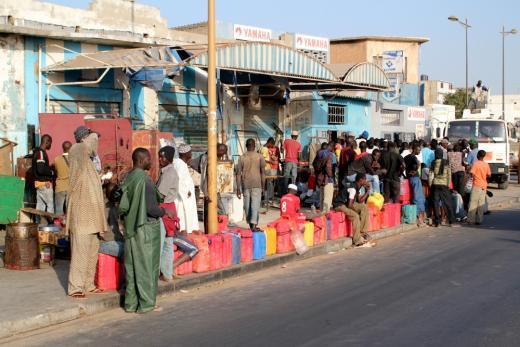 Des pêcheurs font la queue pour acheter de l'essence dans le village de Soumbédioune, en mars 2011. Au Sénégal, le pétrole est cher et rationné, et toute économie est bonne à prendre pour les pêcheurs.