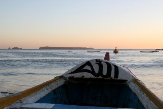 """Le mot """"Allah"""" est inscrit en arabe sur cette pirogue. Stéphane Blanco explique : """"Certains pêcheurs sortent en mer sans savoir s'ils auront assez d'essence pour revenir. S'ils ont une panne, ils n'ont plus qu'Allah pour les sauver."""