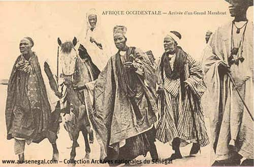 Carte postale Sénégal : Un grand marabout à cheval avec ses disciples