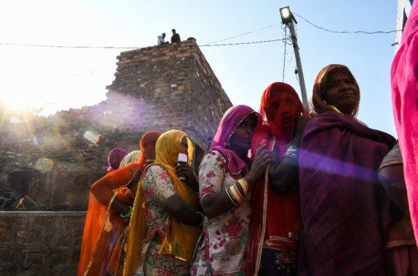 Inde : Elle donne naissance à un bébé en se pendant