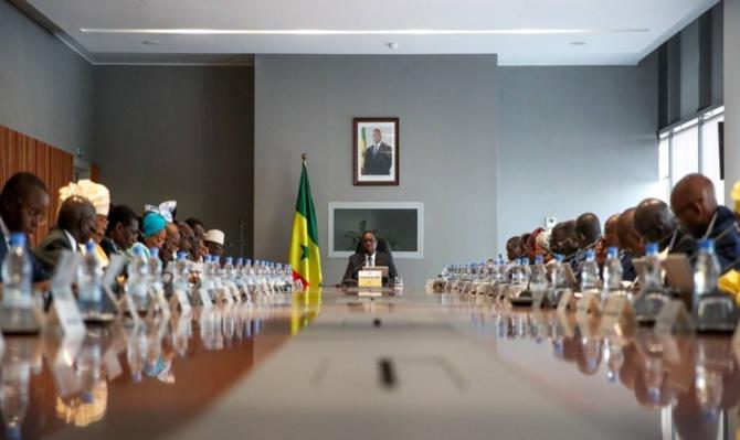 Macky Sall annonce des coupes de salaires en cas de destruction de biens
