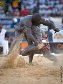 Meeting international de Dakar : des lutteurs sur la piste