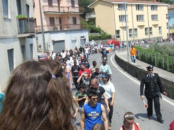 ITALIE - VAL CAMONICA : LES IMMIGRES ET LES  CERTAINES ASSOCIATIONS ONT BATTU LE MACADAM POUR DIRE BASTA AU RACISME