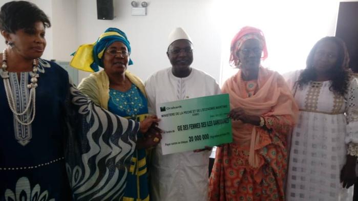 Oumar Guèye procède à la remise de financements aux femmes des Iles de Gandoune