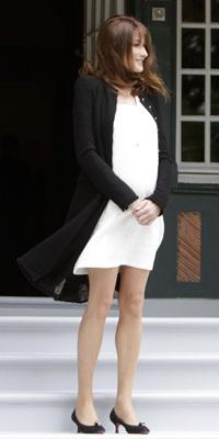 Carla Bruni affiche sa grossesse à Deauville