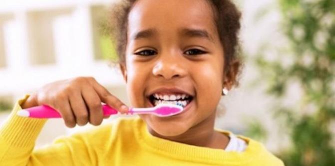 Alerte sur la trop grande quantité de dentifrice utilisée par les enfants
