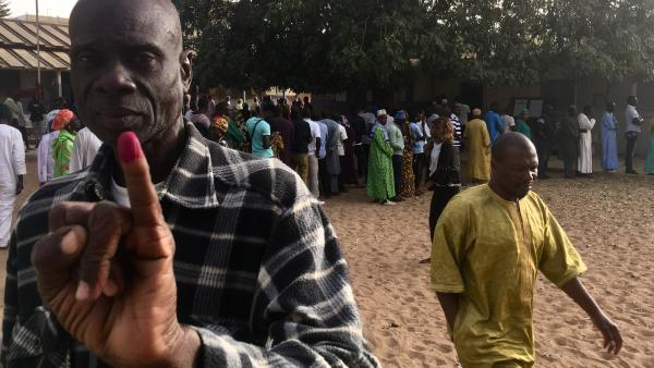 Présidentielle au Sénégal : forte affluence à l'ouverture des bureaux de vote