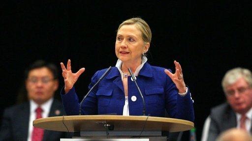 """Kadhafi doit quitter le pouvoir plutôt que """"menacer"""", selon Hillary Clinton"""