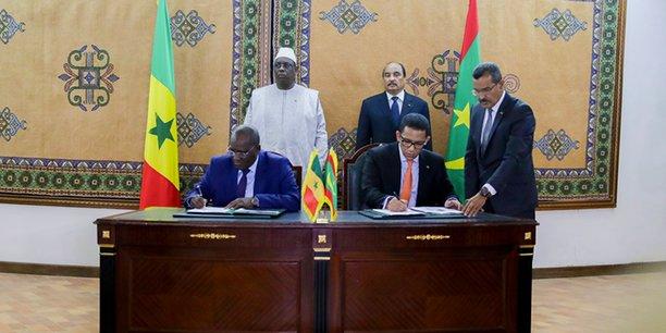 Au mois de février 2018, le Président Macky Sall et le Président Mohamed Ould Abdel Aziz se sont rencontrés à Nouakchott. Sous leur haut patronage les deux ministres du Pétrole ont signé l'accord de convention qui donne le feu vert à l'opérateur pour lancer les études. (Crédits : Reuters)