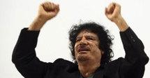 Encerclé par les insurgés, Kadhafi appelle le pays aux armes